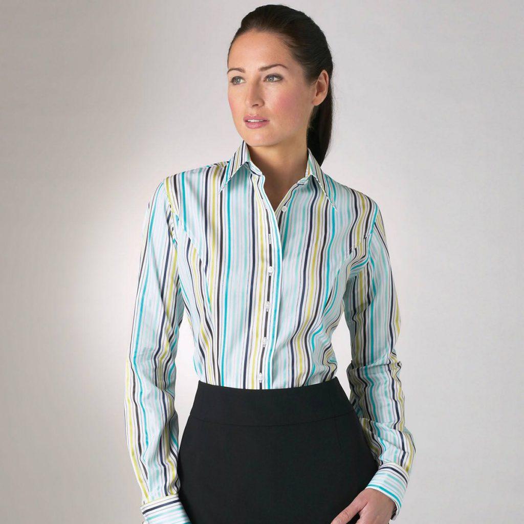 Женская рубашка в полоску с черной юбкой