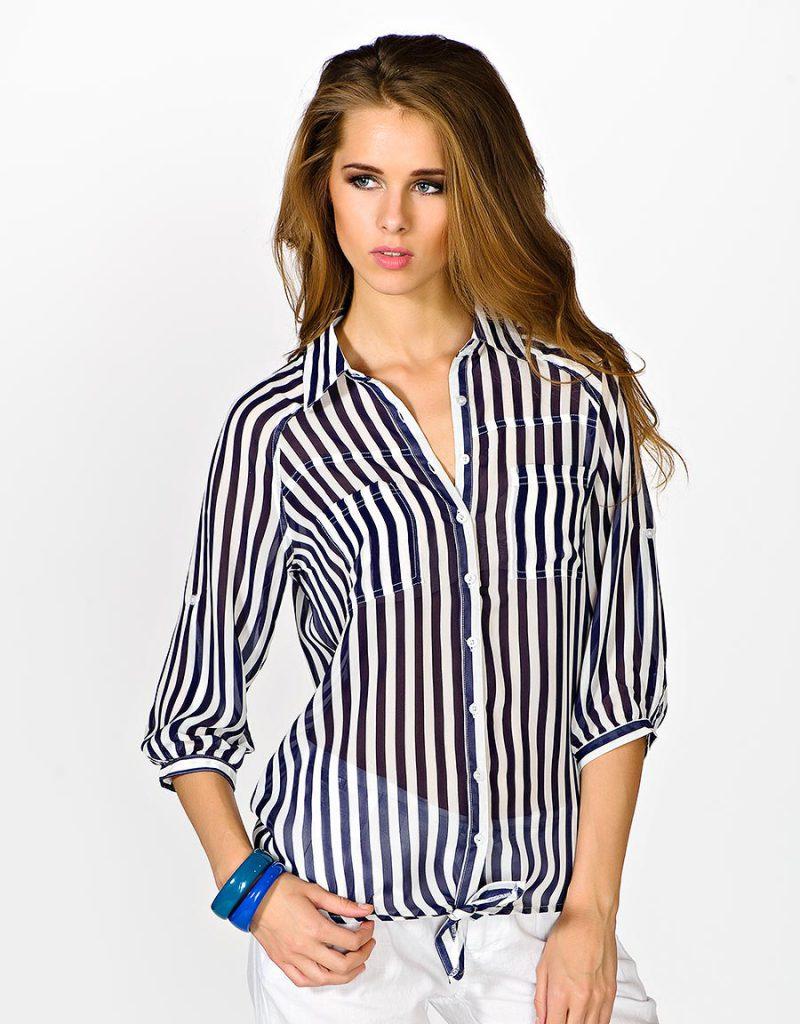 Полупрозрачная женская рубашка в полоску с белыми брюками