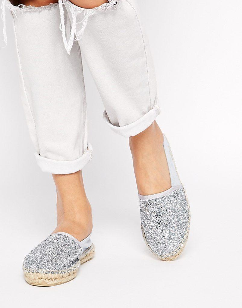 Серебристые слипоны с белыми брюками