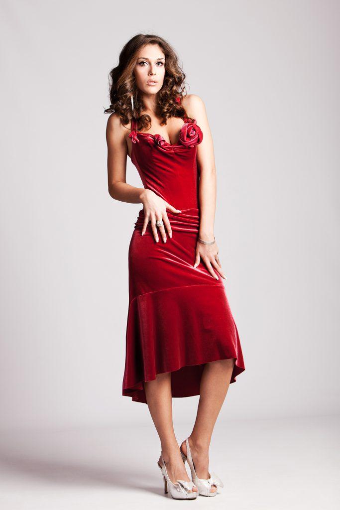 Серебристые туфли с красным бархатным платьем