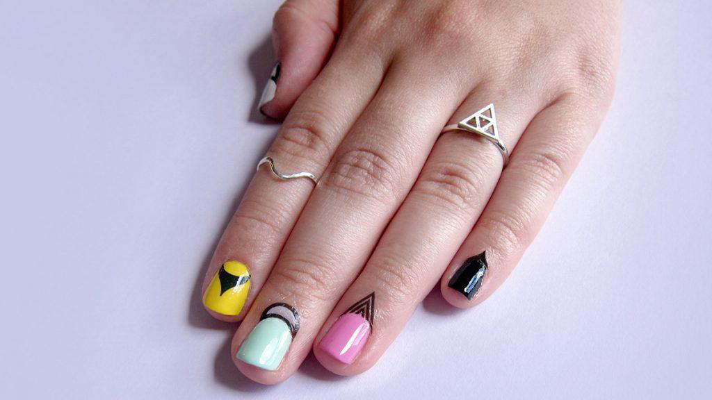 Разноцветный маникюр в стиле swag