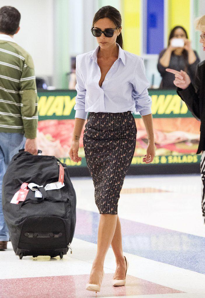Образ Виктории Бекхэм с коричневой юбкой и голубой рубашкой