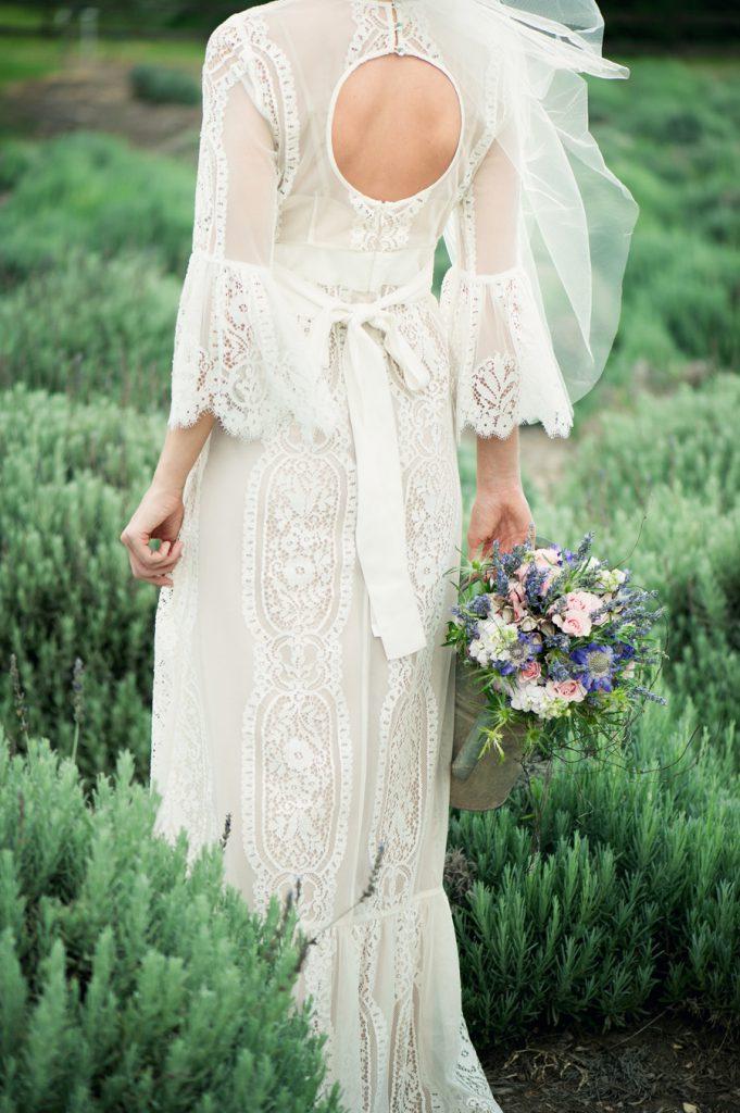 Свадебное платье с кружевом и открытой спиной в стиле бохо шик