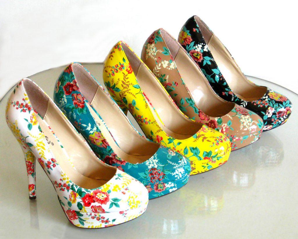 Яркие разноцветные туфли с цветами