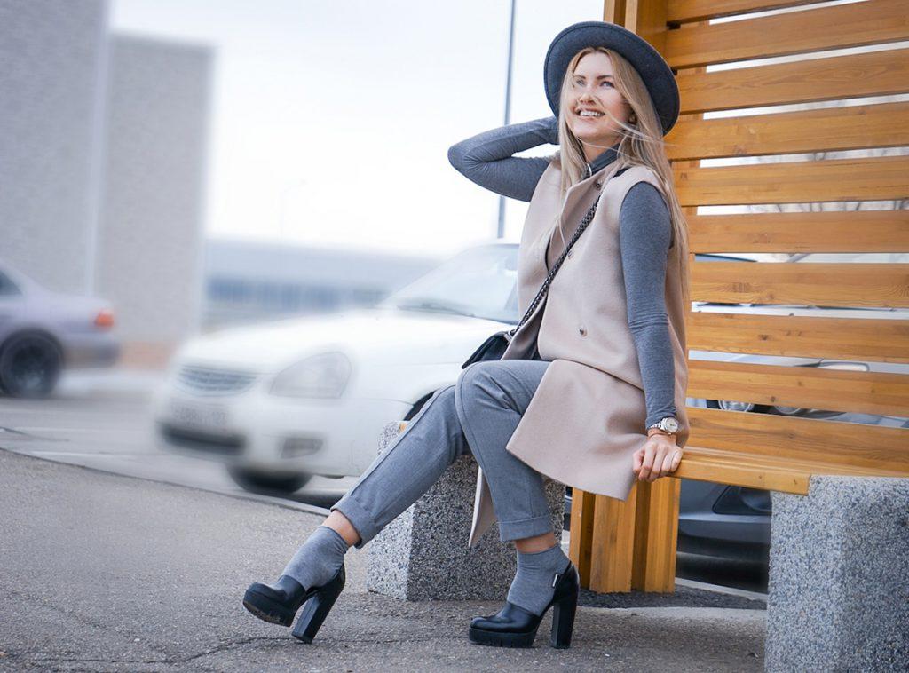 Черные туфли с серыми носками