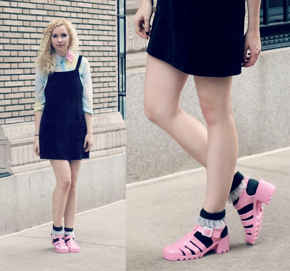 Розовые туфли с синими носками
