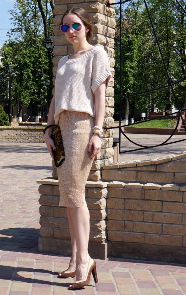 Бежевая юбка с пайетками и кофта