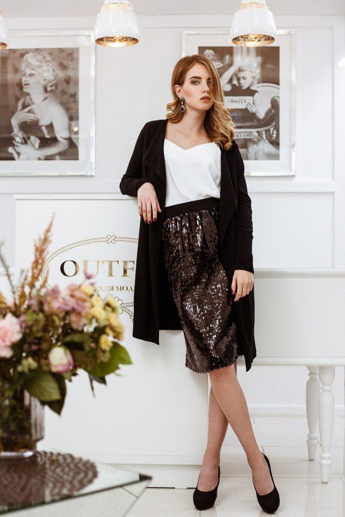 Черная длинная юбка с пайетками с белой блузкой