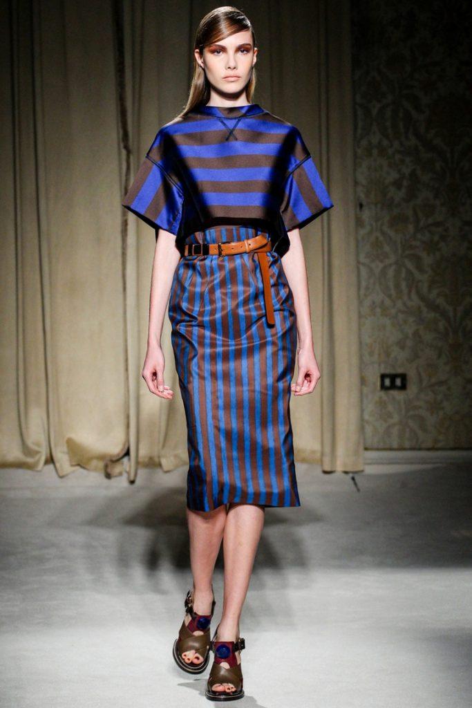 Юбка в коричнево-синюю полоску с полосатой блузкой