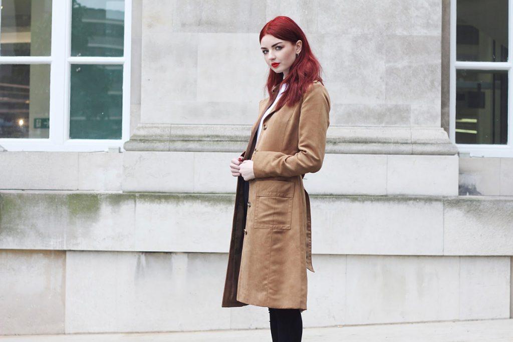 Стильное бежевое замшевое пальто