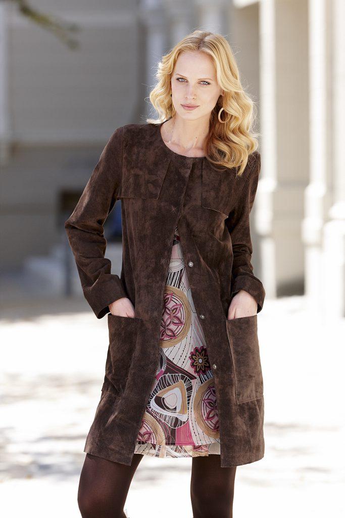 Коричневое пальто из замши