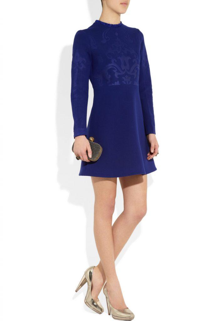 Золотые туфли с синим платьем
