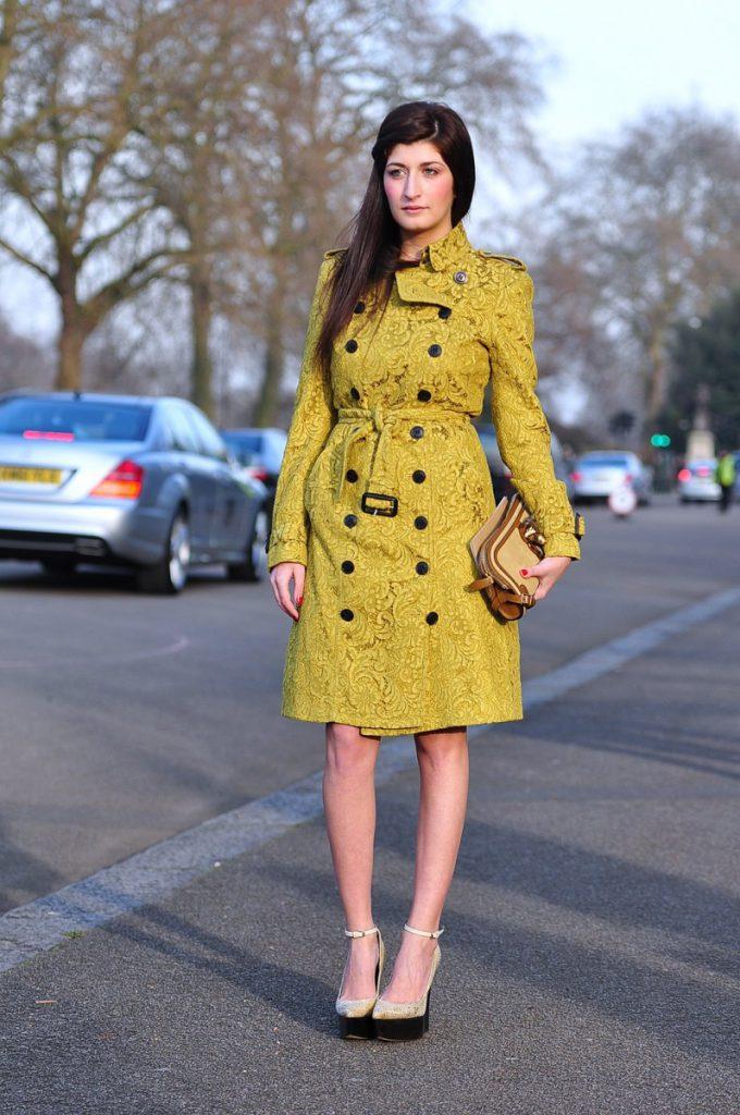 Желтое пальто с золотыми туфлями