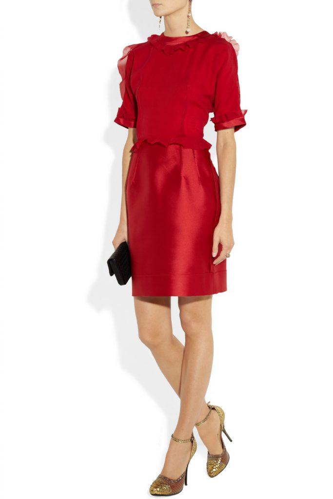 Золотые туфли с красным платьем