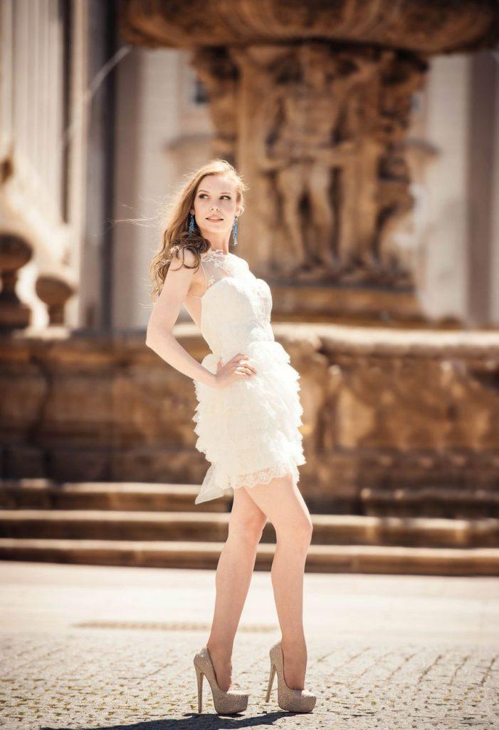 Свадебные золотые туфли с белым платьем