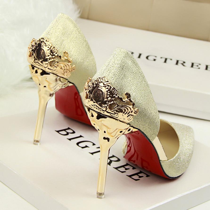 Стильные золотые туфли