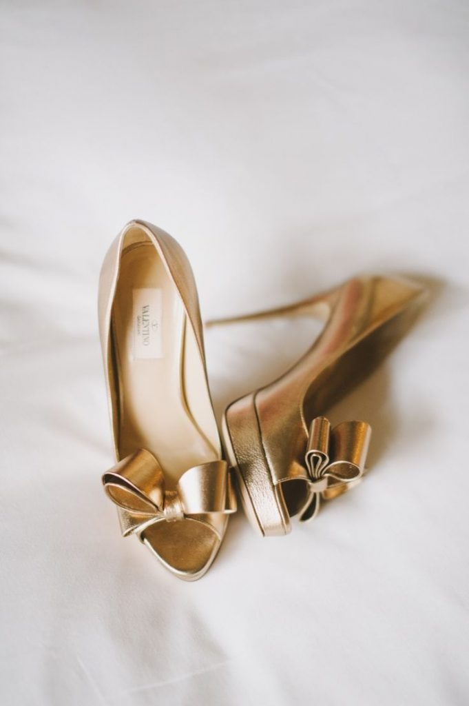 Золотые туфли с бантом и открытым носком