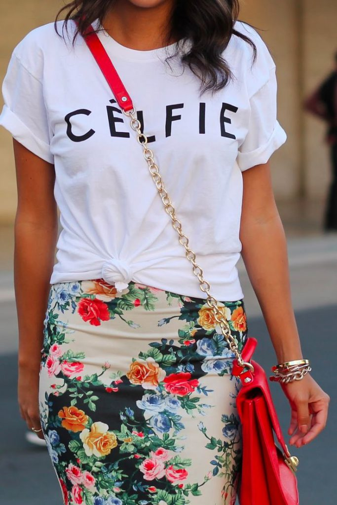 Белая футболка с надписью с юбкой