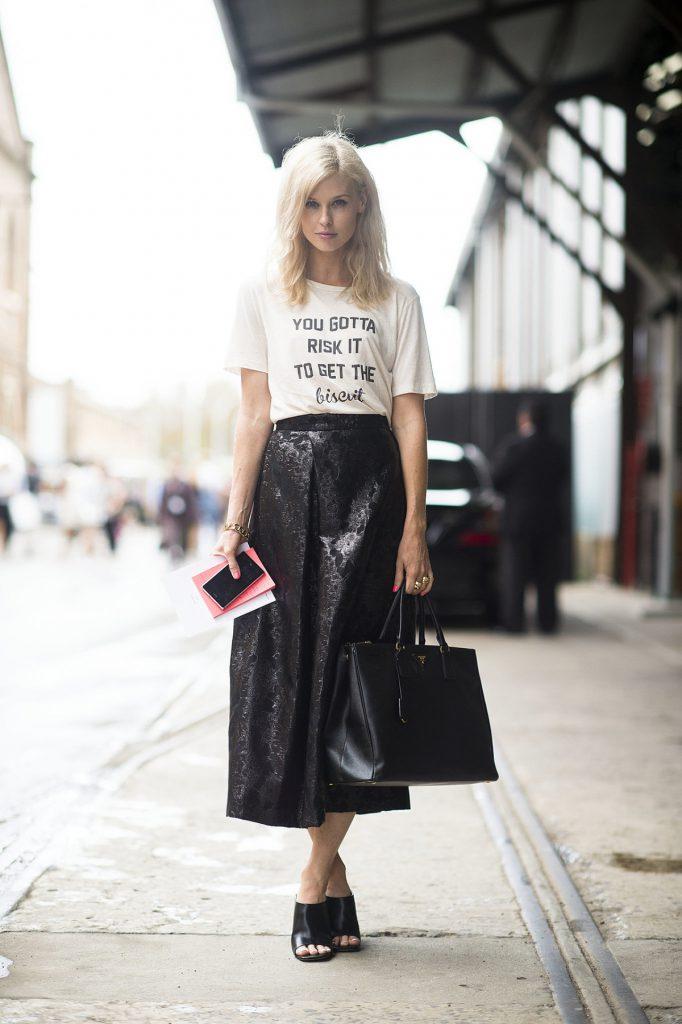 Белая футболка с надписью с черной юбкой