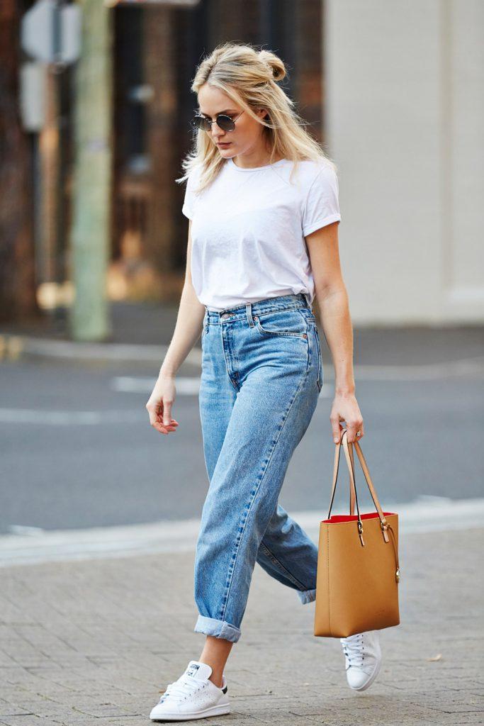 Белая футболка с джинсами