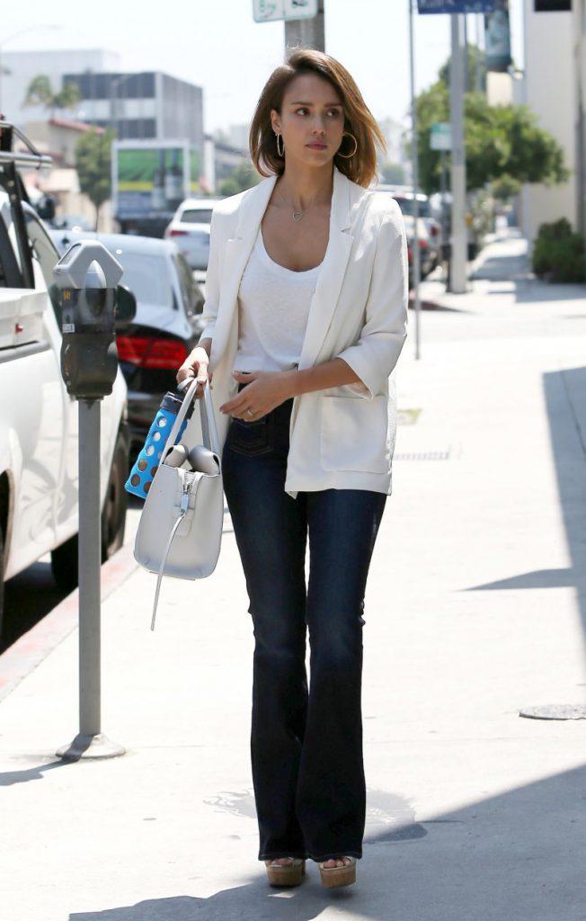 Белая футболка с джинсами клеш и белым жакетом