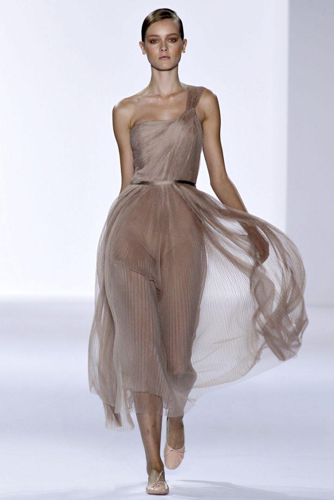 Бежевые балетки с вечерним платьем