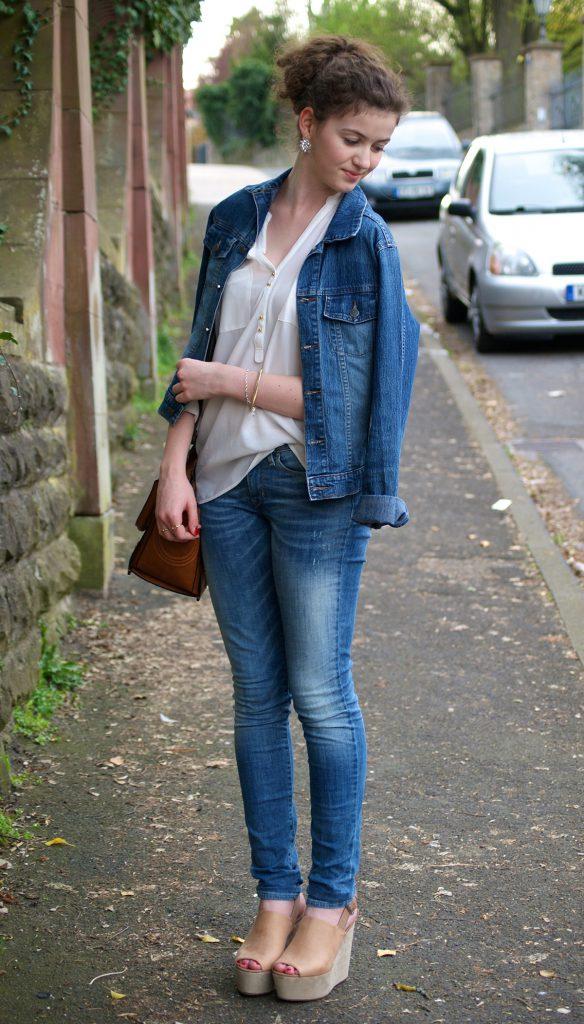 Бежевые босоножки с джинсами