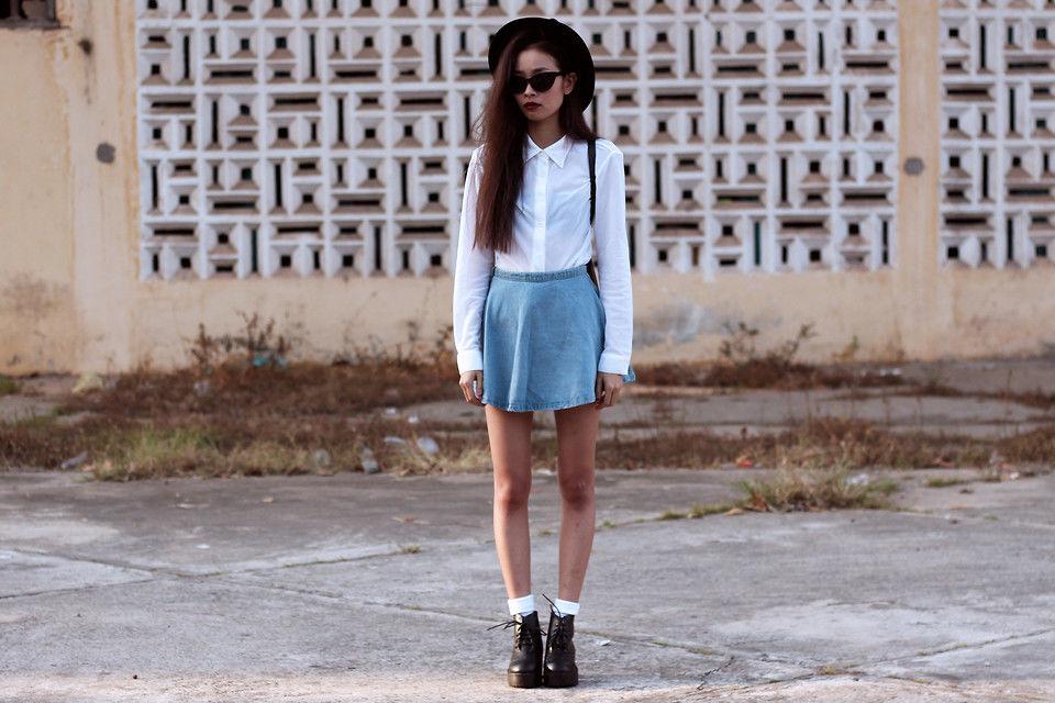 Белая рубашка и джинсовая юбка солнце