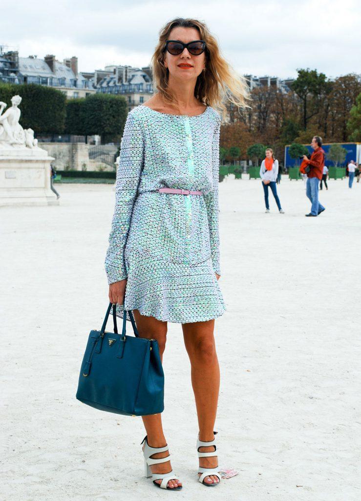 Платье с голубыми босоножками