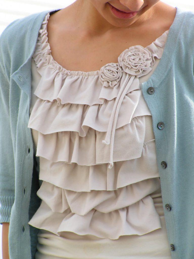 Украшение блузки тканью и цветами