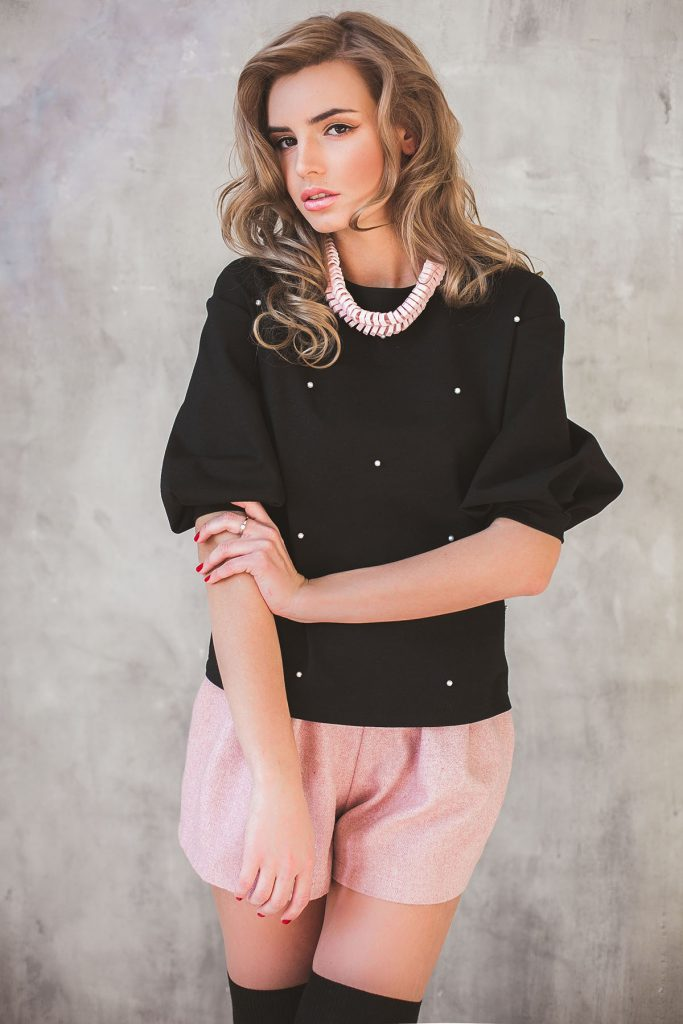 Украшение черной блузки бусинами
