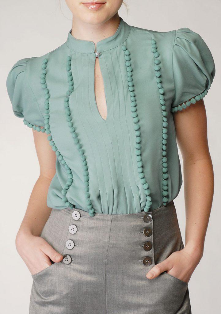 Украшение зеленой блузки декором