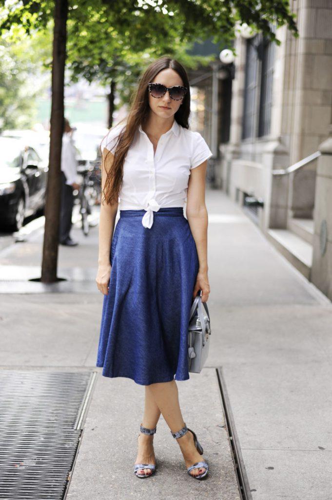 Серые босоножки с синей юбкой и белой блузкой
