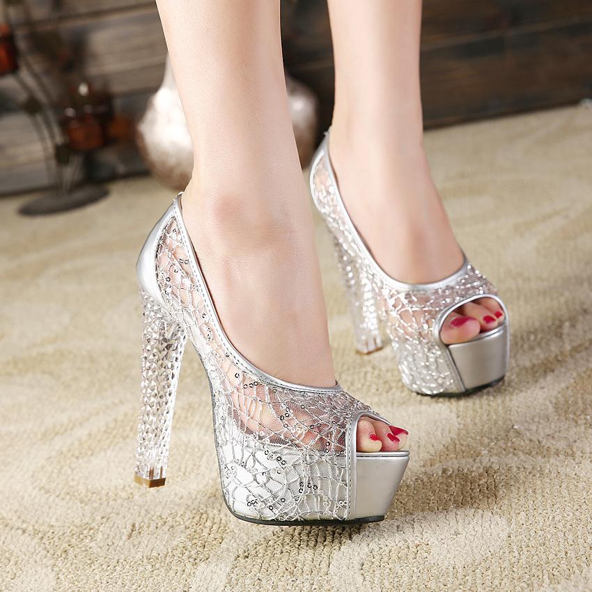 Босоножки серебряного цвета на каблуке