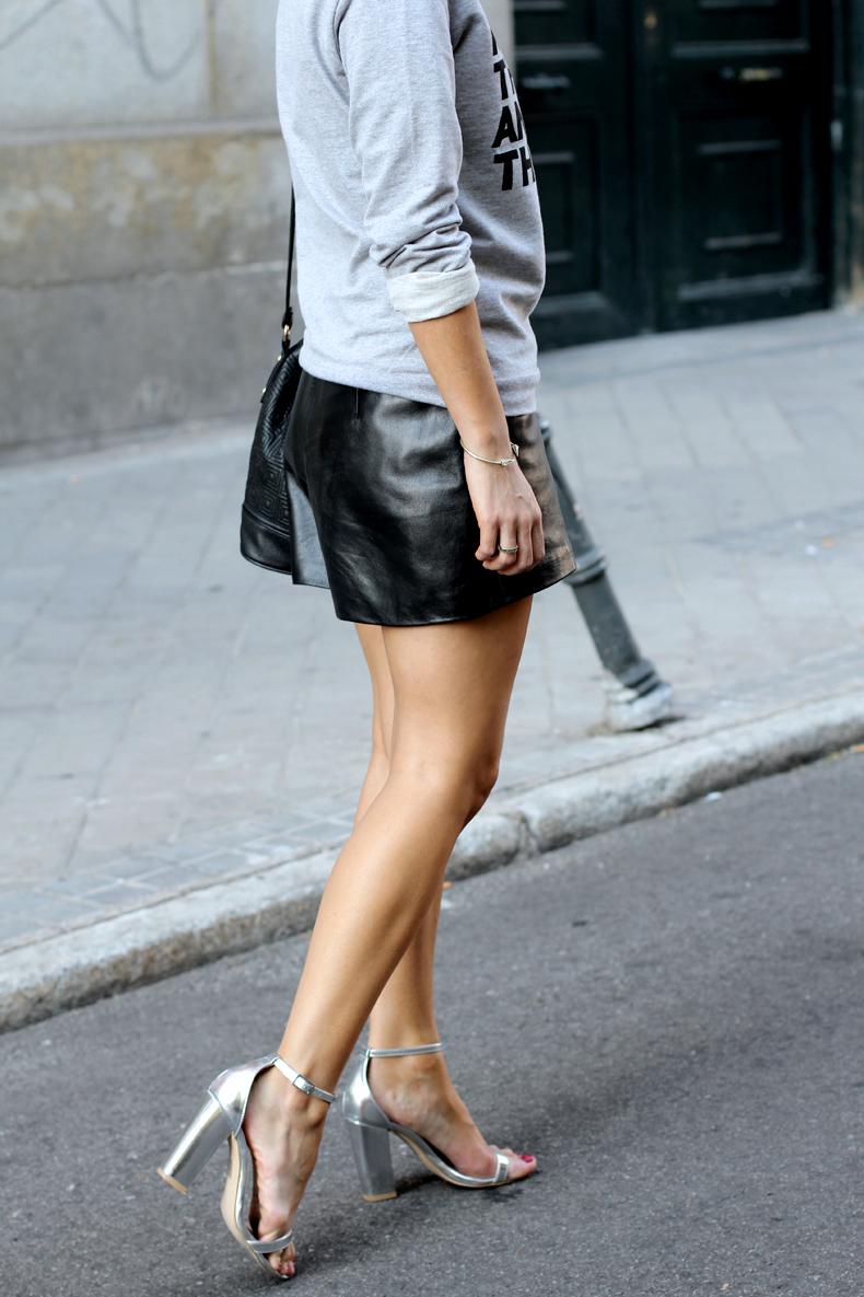 Рубашка, черная кожаная юбка и босоножки на высоком каблуке