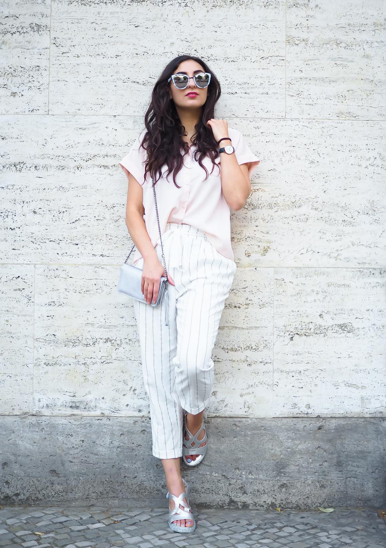 Белая рубашка, укороченные брюки и босоножки