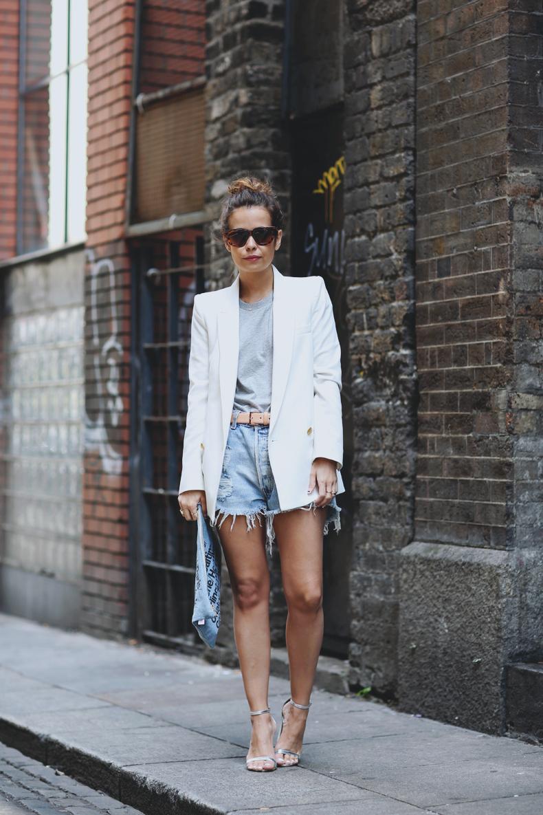 Белый пиджак, джинсовые шорты, очки и босоножки
