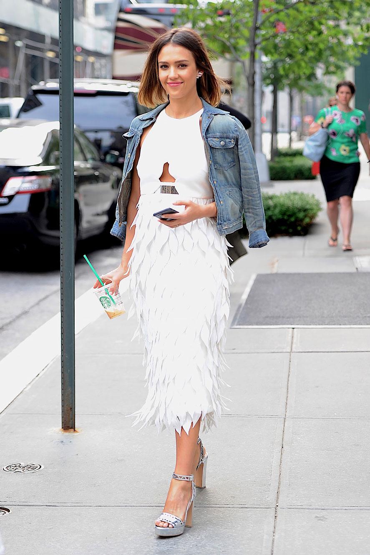 Белое платье, джинсовка и босоножки