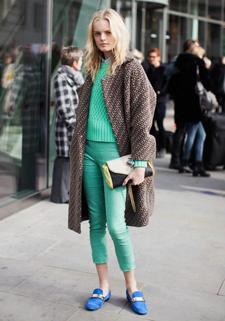 Синие балетки с зелеными брюками
