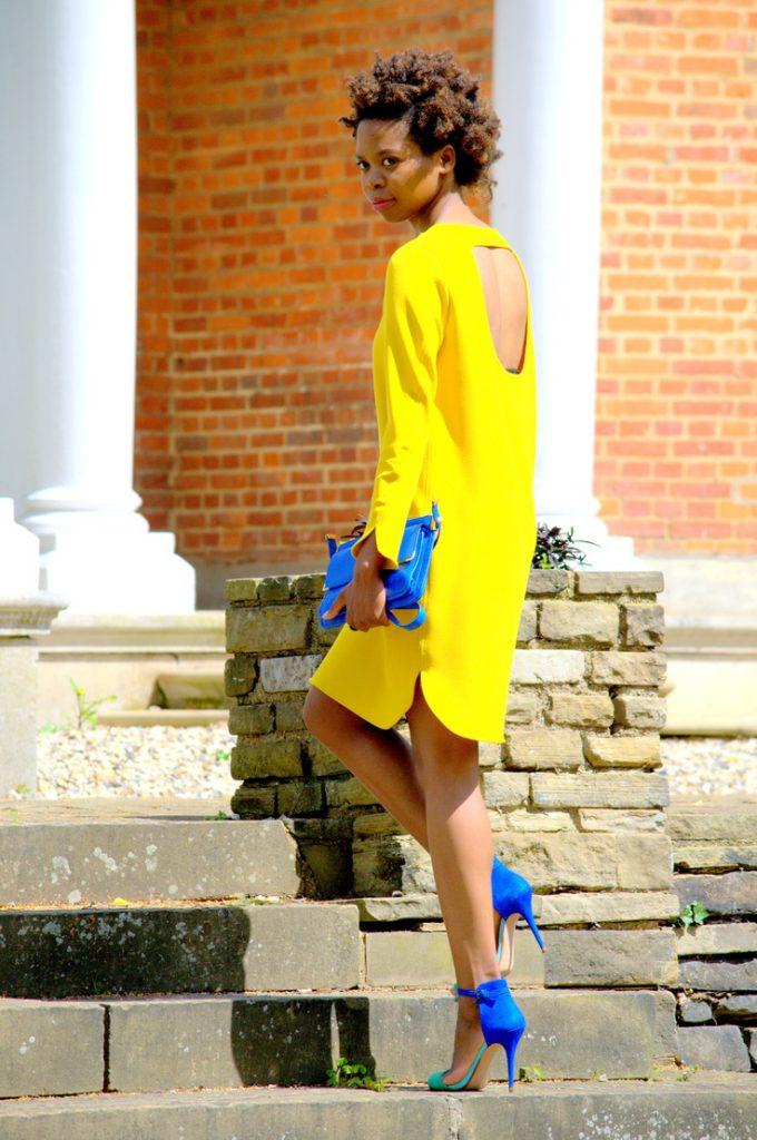 Синие босоножки с желтым платьем
