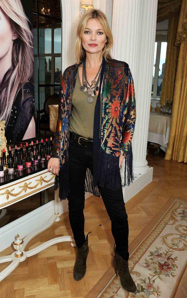 Кейт Мосс в куртке с принтом