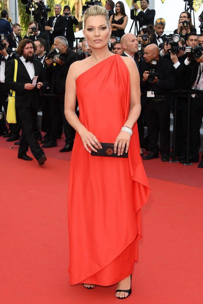 Вечерний образ Кейт Мосс в красном платье