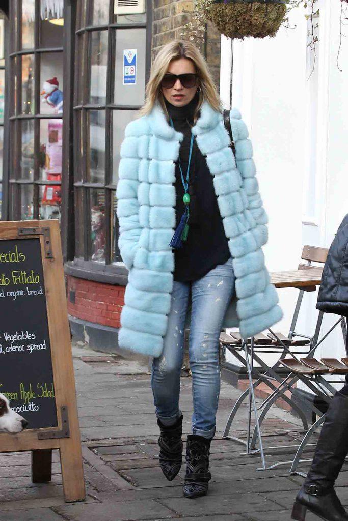 Кейт Мосс в джинсах и шубе
