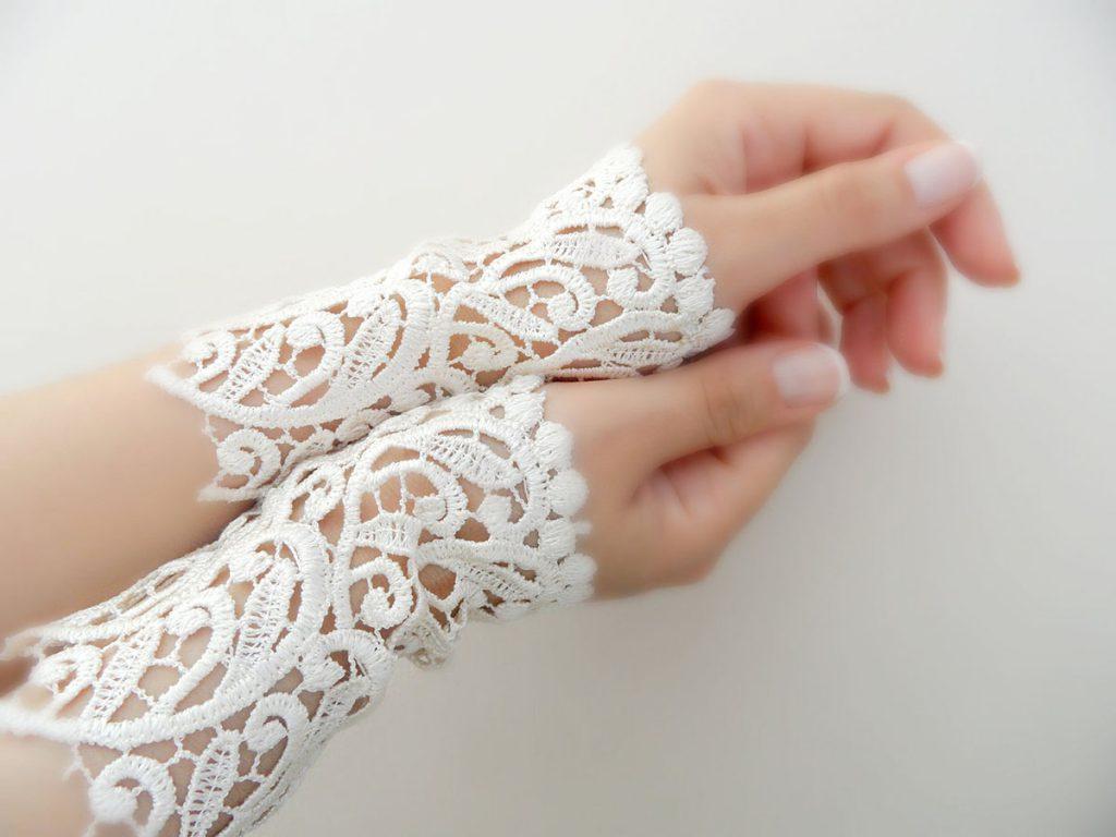 Необычные белые свадебные митенки