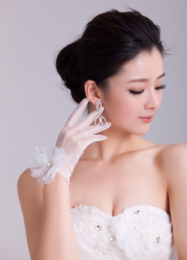 Короткие белые свадебные перчатки с цветком