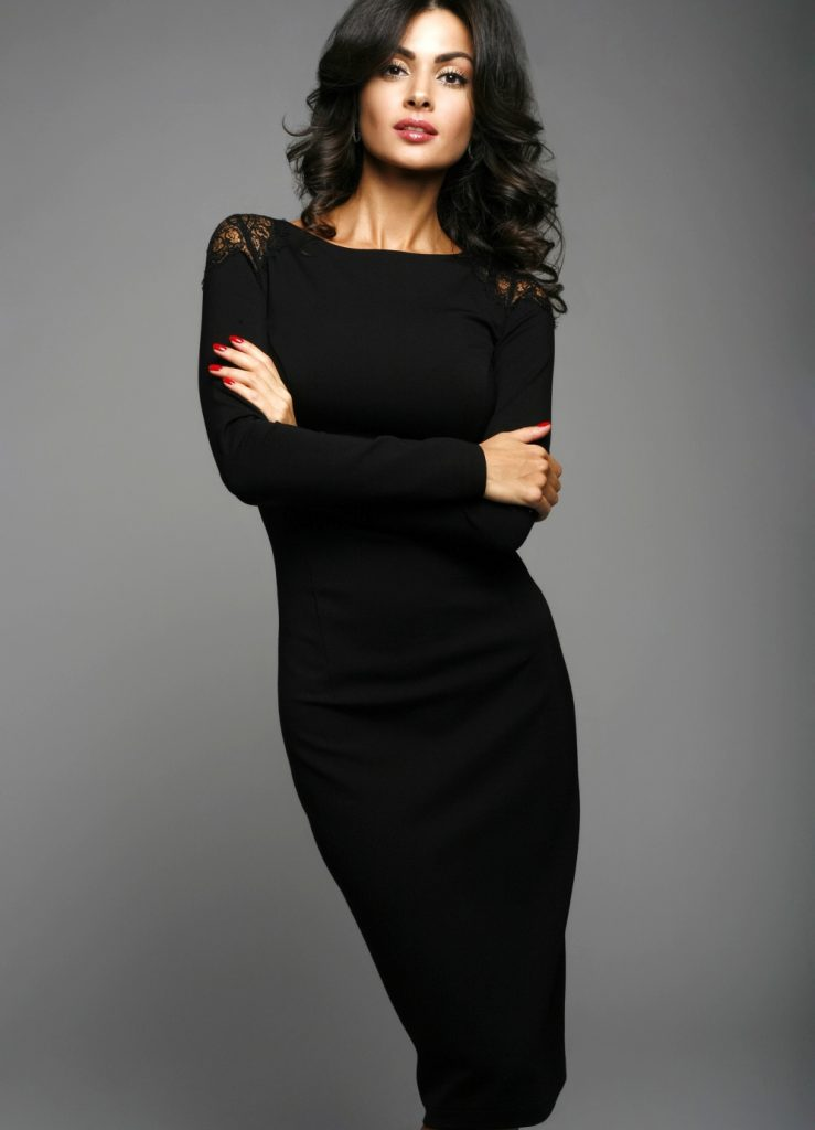 Модное черное трикотажное платье с кружевом