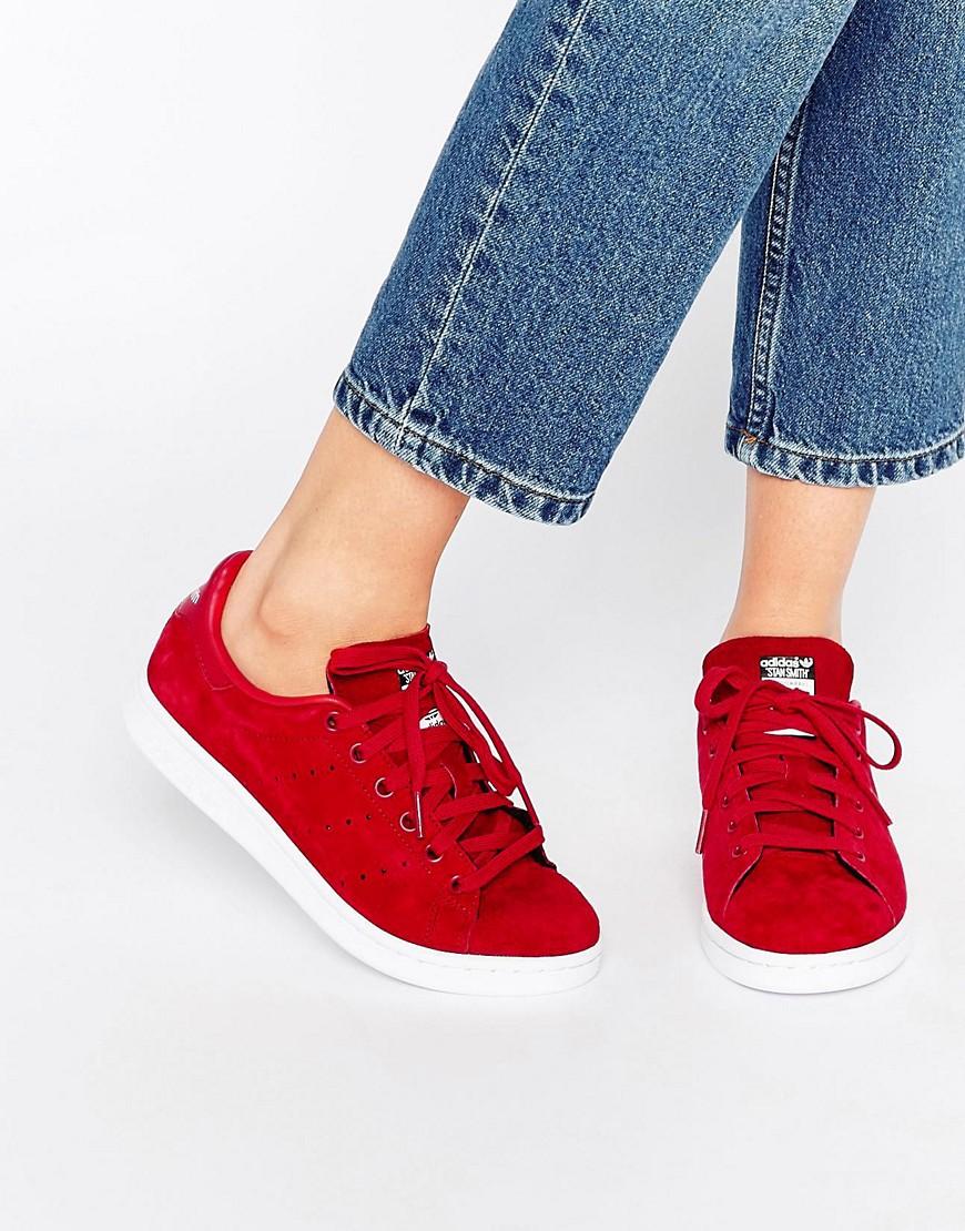 Красные кроссовки с джинсами