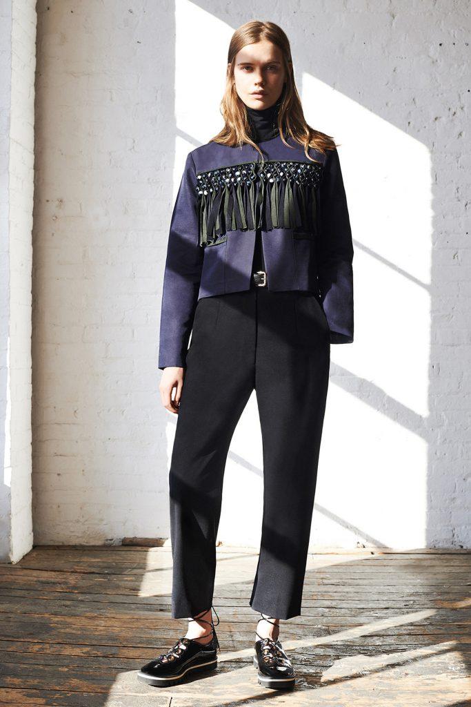 Фиолетово-черная замшевая куртка с черными брюками
