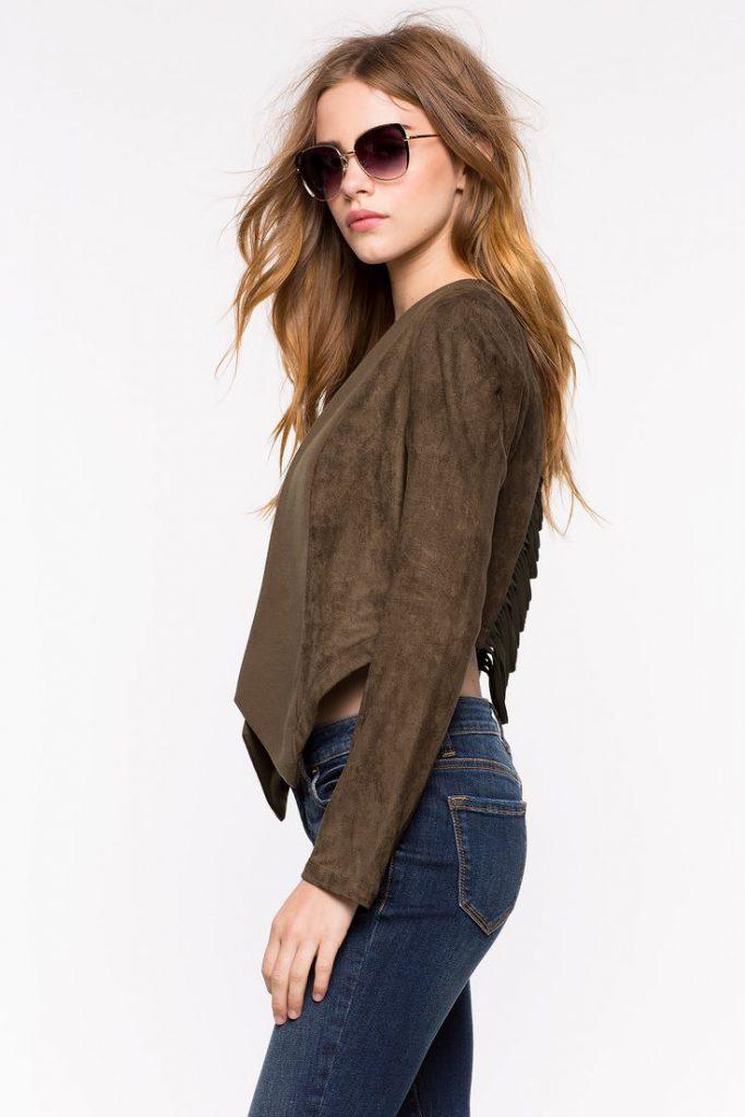 Коричневая замшевая куртка с джинсами