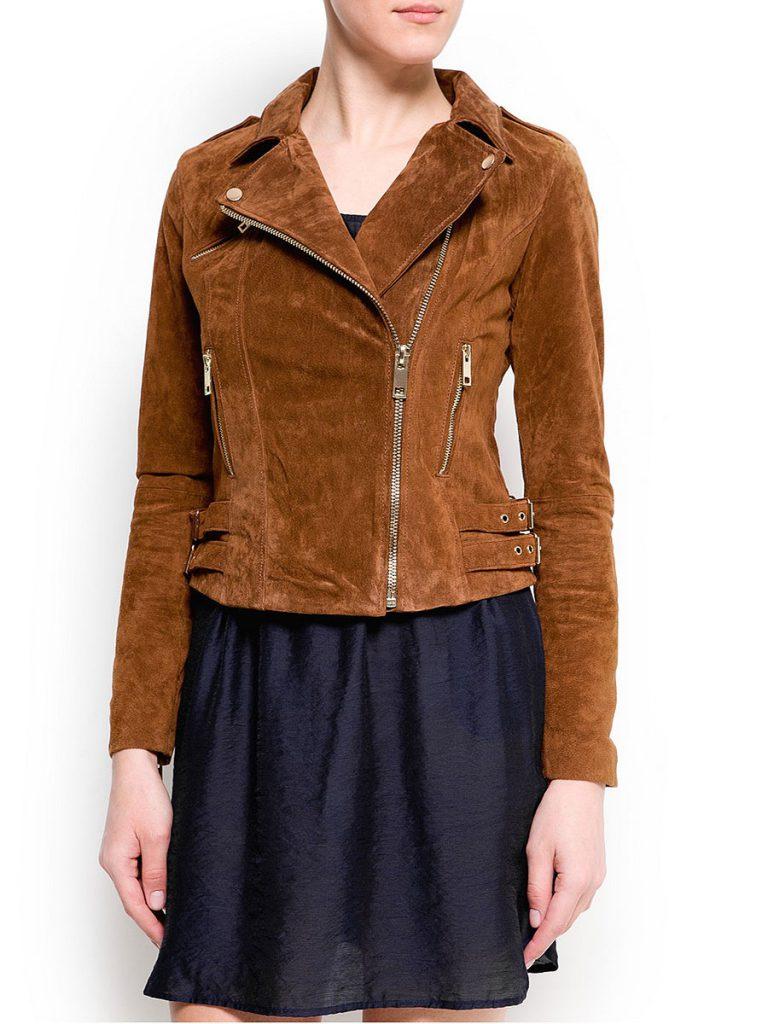 Коричневая замшевая куртка с черным платьем